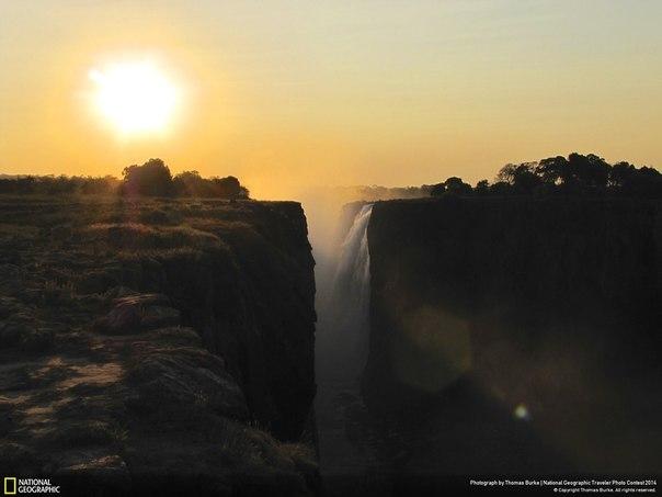Закат на водопаде Виктория, Зимбабве. Автор фото: Thomas Burke.