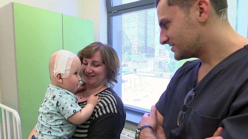 Хирурги Морозовской больницы спасали годовалого малыша средким дефектом развития. Новости. Первый канал