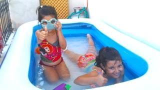 Sinemle kuzeni şişme havuzda oynuyor-inflatable pool-for kids-dev şişme havuz-su oyunları-renkli tv