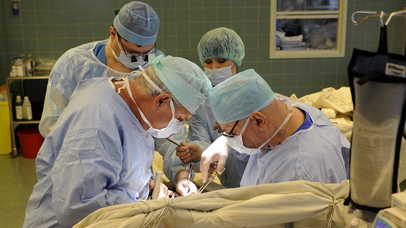 Медики сделали операцию пережившему покушение раввину