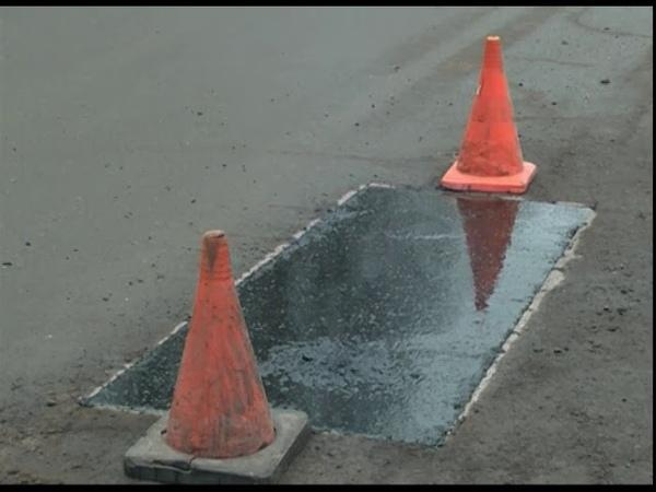 В Ярославле начали ремонтировать ямы литым асфальтом