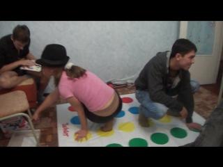 Девушка во время игры в Твистер засветила колготки под штанами / Girl in pantyhose under trousers plays Twister