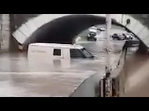 Инкассаторская машина едва не утонула во время дождей на Кубани