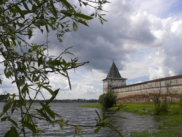 Монастырь и озеро