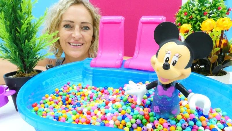 Minnie Mouse oyuncak top havuzunda saklambaç oynuyor