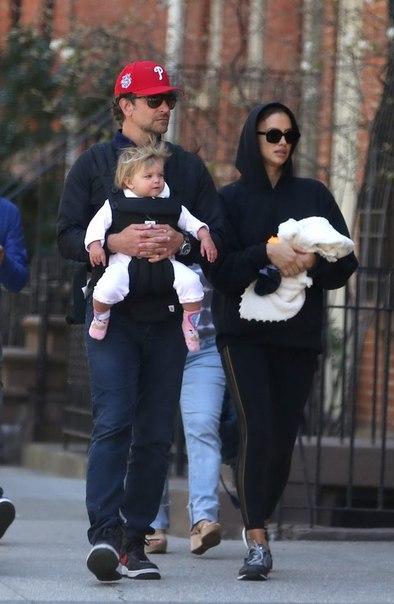 Брэдли Купер и Ирина Шейк гуляют с дочкой Леей