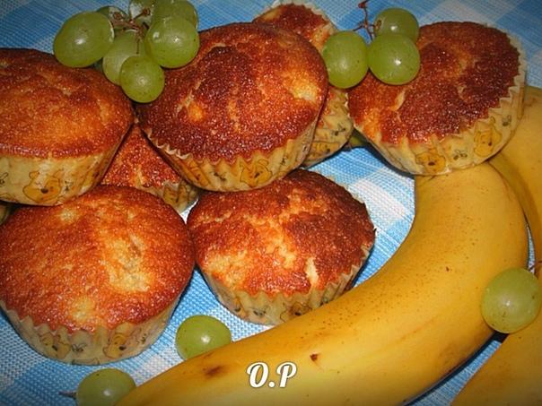 Манные кексы с бананом и виноградом