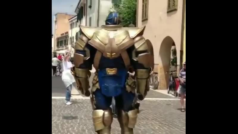 Таноса на съемочной площадке отпустили пройтись... Подышать...
