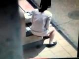 Девушка срет на остановке