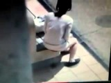 Девушка срёт посреди дня на скамейке...