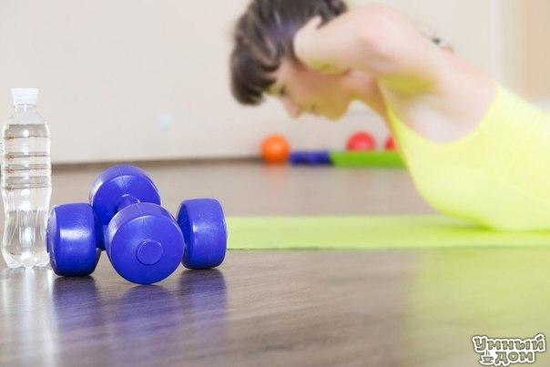 Упражнения для омоложения позвоночника - будьте здоровы! Не так-то просто заставить ребенка «посидеть спокойно» — вспомните хотя бы себя. Это объясняется тем, что позвоночник у ребенка нормально растянут, и позвонки не сдавливают нервные волокна. Ребенок может двигаться без перерыва, и при этом никакие внутренние органы не страдают. Однажды ученые поставили такой эксперимент: взрослому «здоровому» человеку предложили в точности повторять все движения четырехлетнего ребенка. Через два часа…