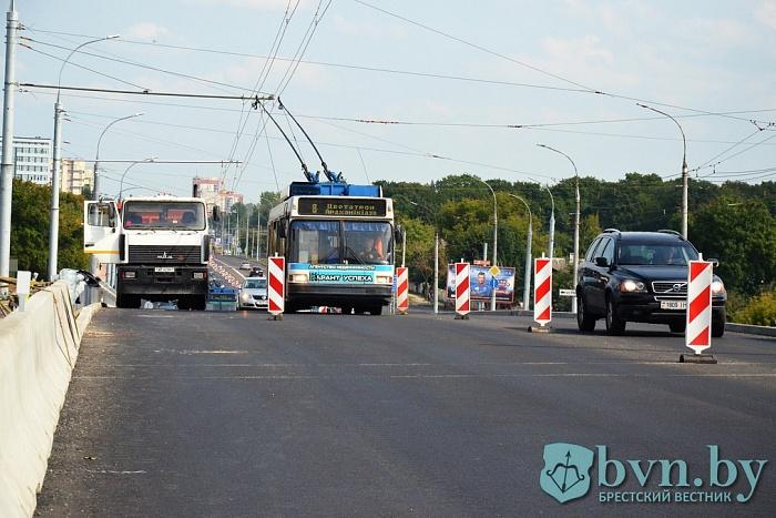Сегодня вечером остановят движение троллейбусов по Кобринскому мосту