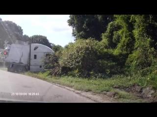 Фура заглохла на путях Честер, Вирджиния. Все, кто были в кабине успели благополучно съебнуть до столкновения