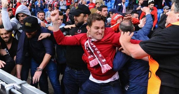 Как узнать футбольного фаната и надо ли его бояться Опрос «АиФ.ru» показал, что больше половины читателей опасаются встречи со спортивными Всё чаще и чаще в СМИ появляются сообщения с