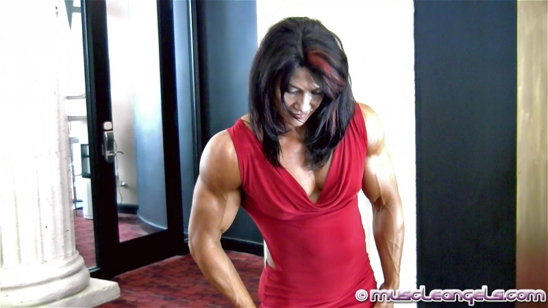 Alina_popa_powerful_muscle1