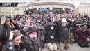 Cотни студентов встали на колени на площади в Париже в знак протеста