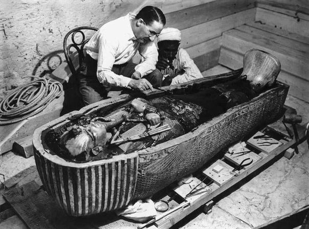 Говард Картер (археолог) исследует саркофаг Тутанхамона после открытия гробницы
