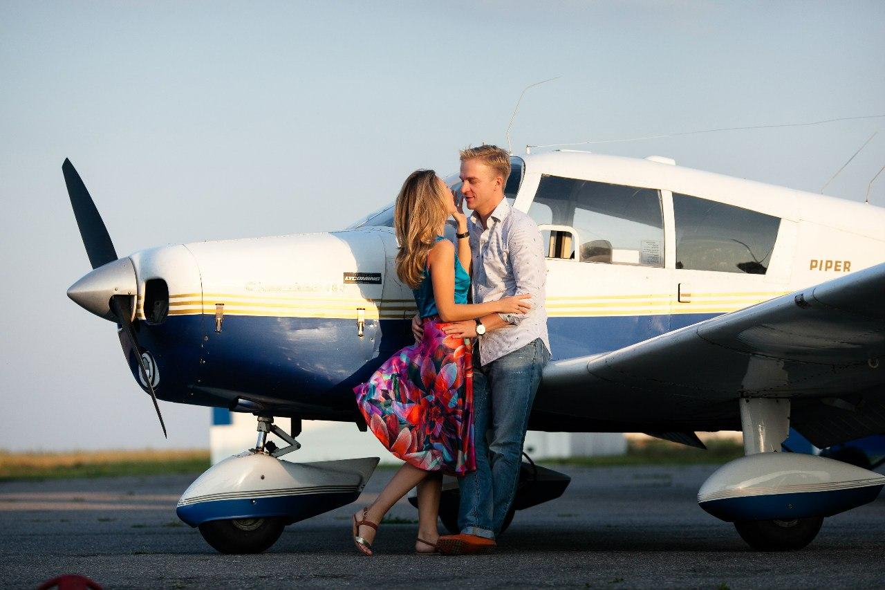 влюбленные перед полетом на самолете
