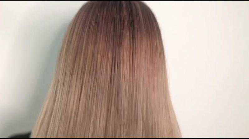 Переливающийся жемчужный блонд с розовым отливом.