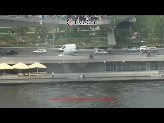 Двое мужчин спрыгнули с Парящего моста в центре Москвы