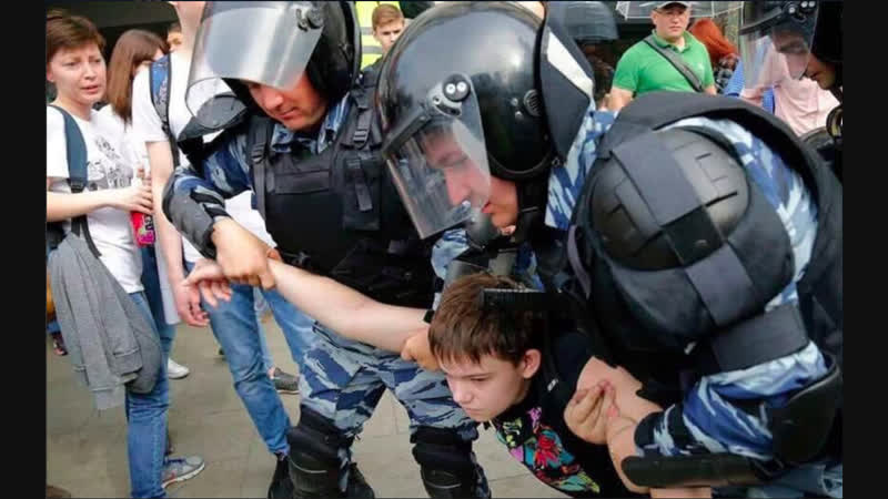 Российской полиции посвящается Полицейские выглядят зомбированными людьми тренированные на команду фас