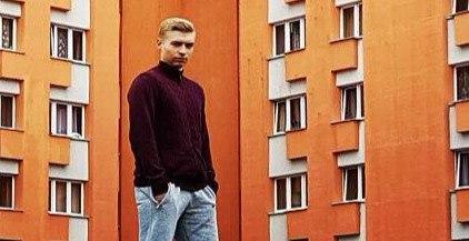Евгений Ахремчик на фоне общежития крупный план