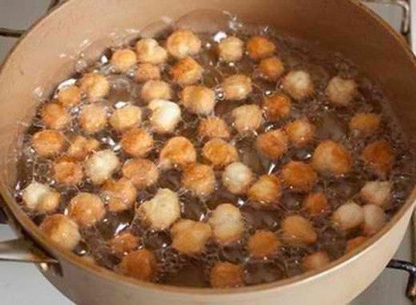 Струффоли Ингредиенты: 450 г муки 4 средних яйца щепотка соли 1 ст.л.