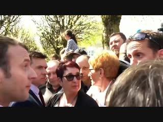 Mais qu est-ce-que c est qu cette manie M. Macron de s toucher l pif en permanence.mp4