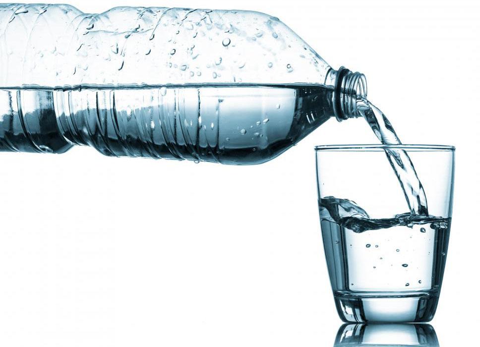 Пластиковый корпус бутилированной воды может загрязнять воду.