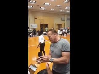 Неизвестный ударил ногой Арнольда Шварценеггера из-за спины (0:55)