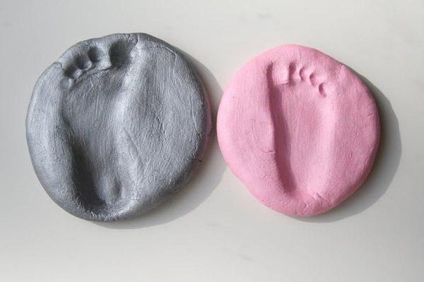 1/2 ст. соли, 1/2 ст. муки, 1/4 ст. воды. Замесите тесто. Сделайте отпечаток ноги ребенка. Выпекайте 3 часа при 200C'. Повторять каждое лето:) Можно сделать тропинку из этих следов))