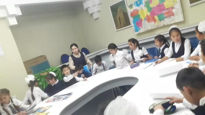 Алия оқушыларымен сабақ өту сәті