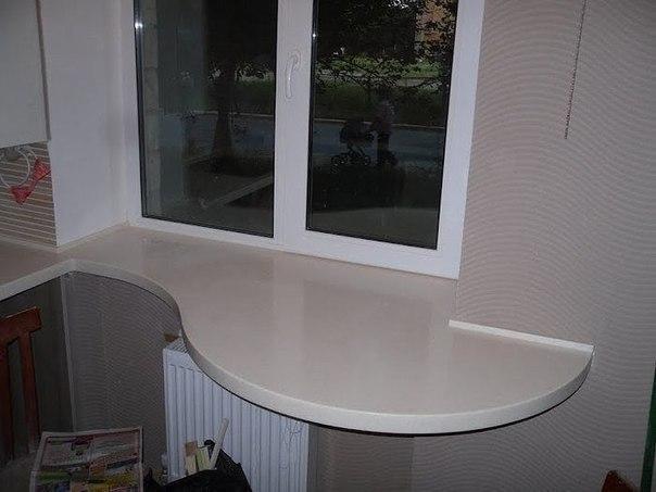 Идея для маленькой кухни - кухонный стол вместо подоконника