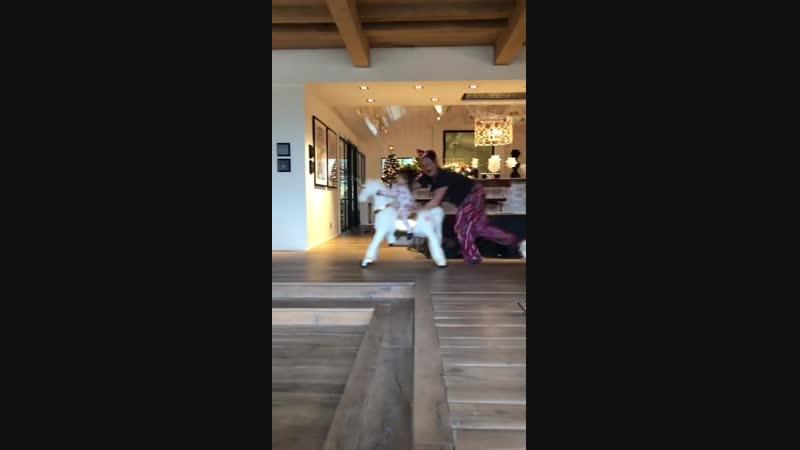 Келли (жена Дарлы (тети Дженсена)) катает Эрроу на игрушечном пони (из истории Дэннил на Инстаграме)