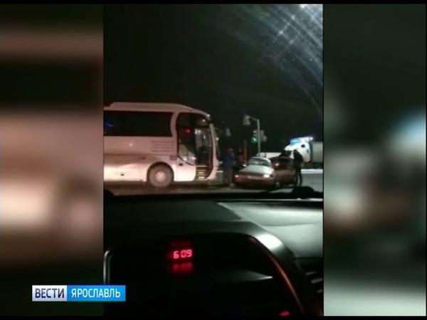 На перекрестке Московского проспекта и улицы Калинина легковушка влетела под колеса автобуса