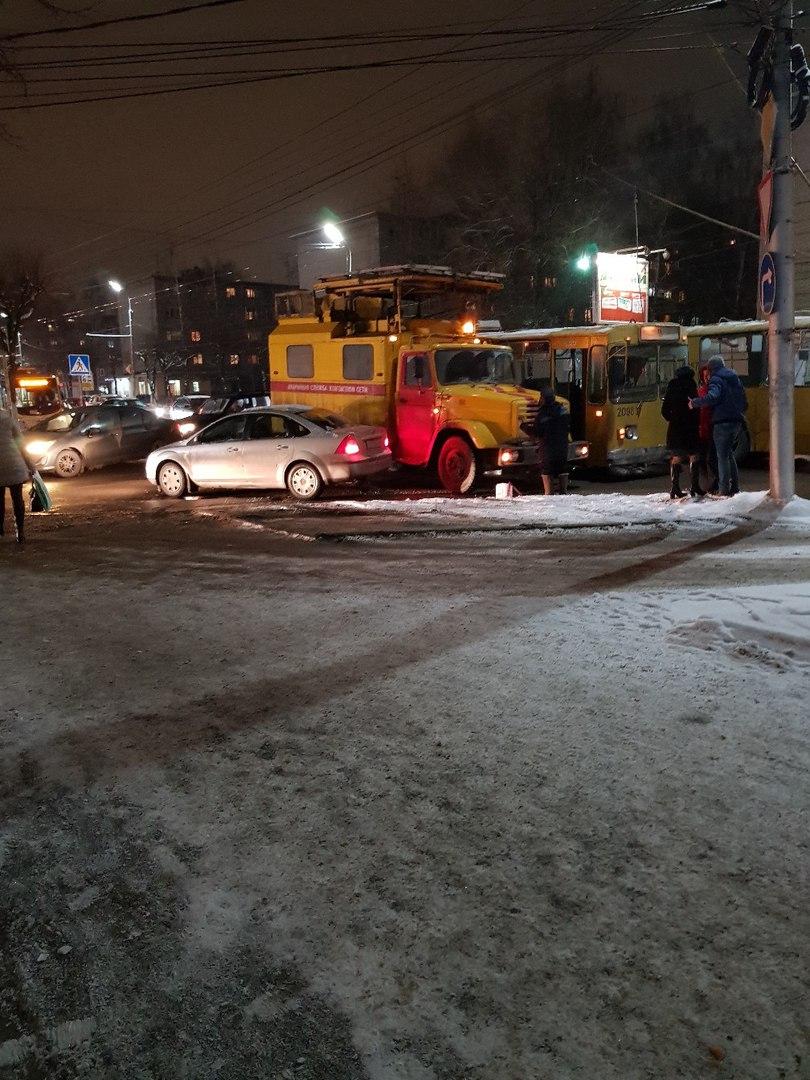 Появились фото из Рязани, где на улице Дзержинского троллейбус попал в ДТП