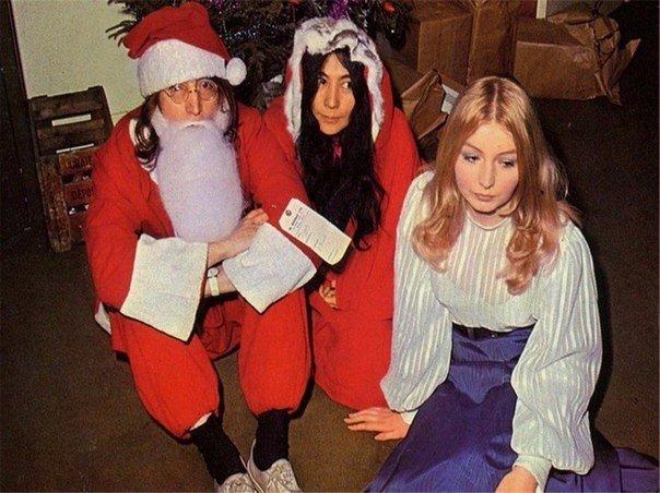 Джон Леннон, Йоко Оно и Мэри Хопкинс на рождественской вечеринке, 1968 год