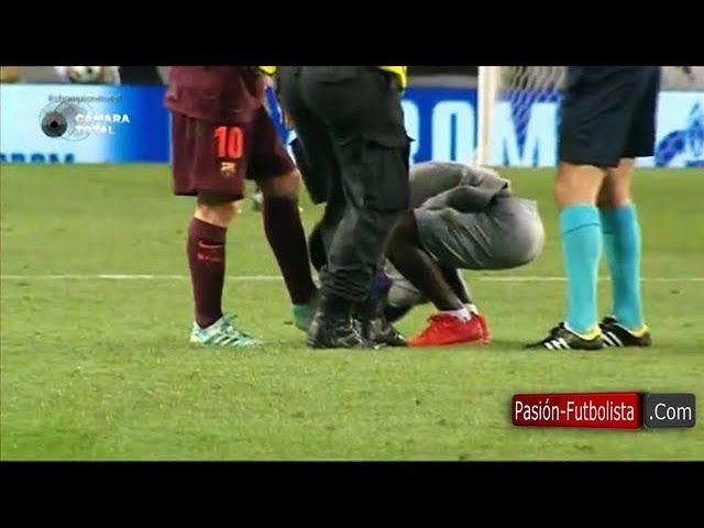 Joven Aficionado Entra al campo de Juego Abraza a Lionel Messi y le Besa sus Botas