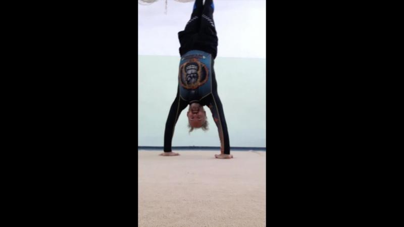 Тренировка стойки на руках от Павла Сотникова