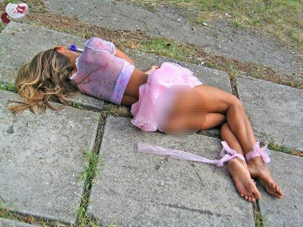 Пьяные телки светят голыми кисками на улице  590256