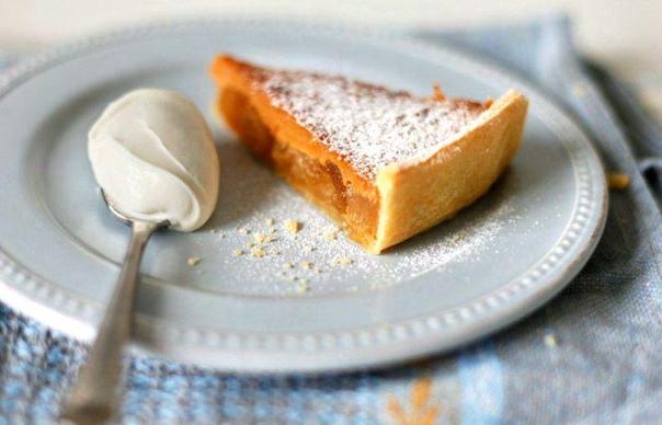 пошаговый рецепт приготовления пирога с вареной сгущенкой и яблоками. отличный вариант для тех, кто не любит долго возиться на кухне. единственное, на что нужно обратить внимание, так это на