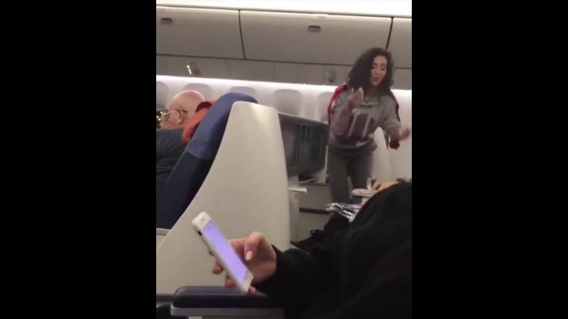 Пьяная Ольга Бузова приставал к пассажирам просила выпить с ней и спеть МалоПоловин