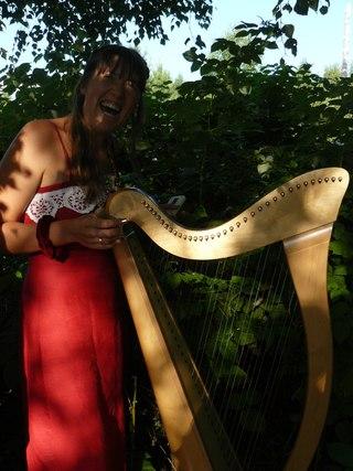 Елена Берегиня готовится к выступлению играет на арфе