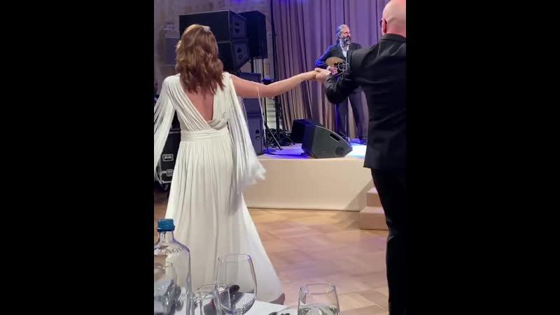 Альбина Джанабаева танцует сиртаки