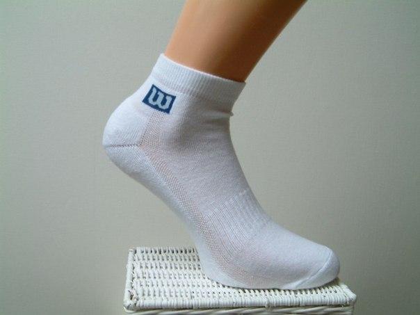 КАК ОТСТИРАТЬ БЕЛЫЕ НОСКИ 1 способ: Белые носки легче отстирываются, если перед стиркой их замочить в растворе борной кислоты: 1 столовая ложка кислоты на 1 литр теплой воды. Замочить носки на 1 – 2 часа в этом растворе. Затем, тщательно прополоскать и отправить в машинку, или постирать вручную. Носки лучше стирать в машинке, при режиме полной стирки для хлопка, при температуре 40 или 60 градусов. 2 способ: Лимон - старое средство для стирки носков. Сок лимона широко используется для удаления…