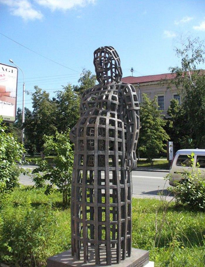 Памятник беременной женщине (проспект Ленина), напротив входа в акушерские клиники