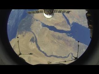 Космическая станция пролетает над Нилом, Египетскими пирамидами и Суэцким каналом