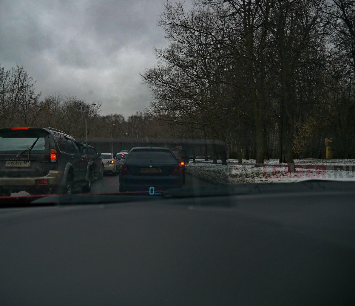 Скорость автомобиля ретранслируется и на это квадратное стеклышко. Правда, чтобы увидеть эти бирюзовые километры, нужно быть ростом не выше 180 см.