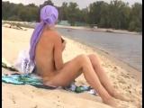 Девушки - нудистки на городском пляже в Киеве.