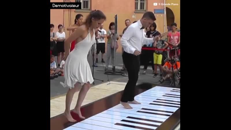 Лучшая игра на пианино ногами! Best Game on the piano legs!